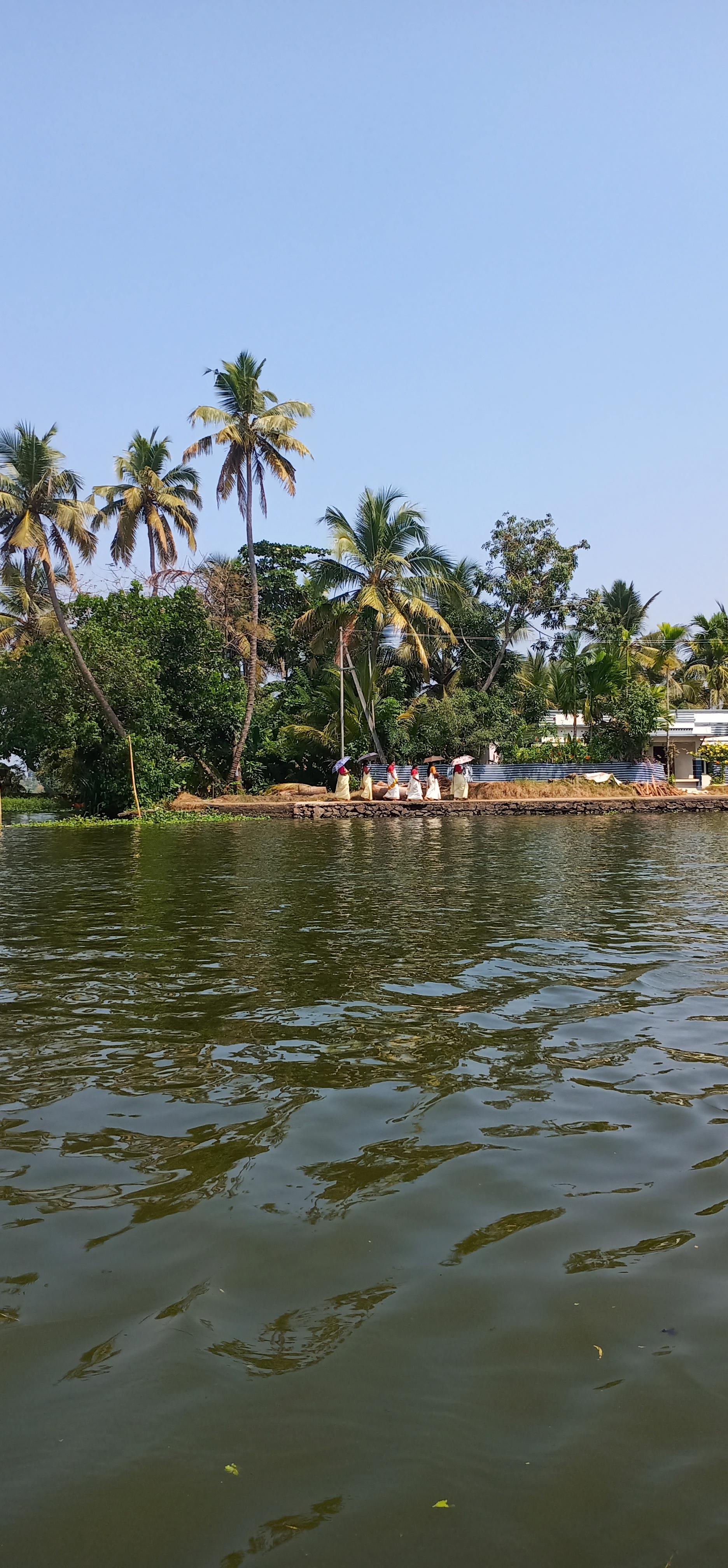 Alleppy_Backwaters_Kerala_women
