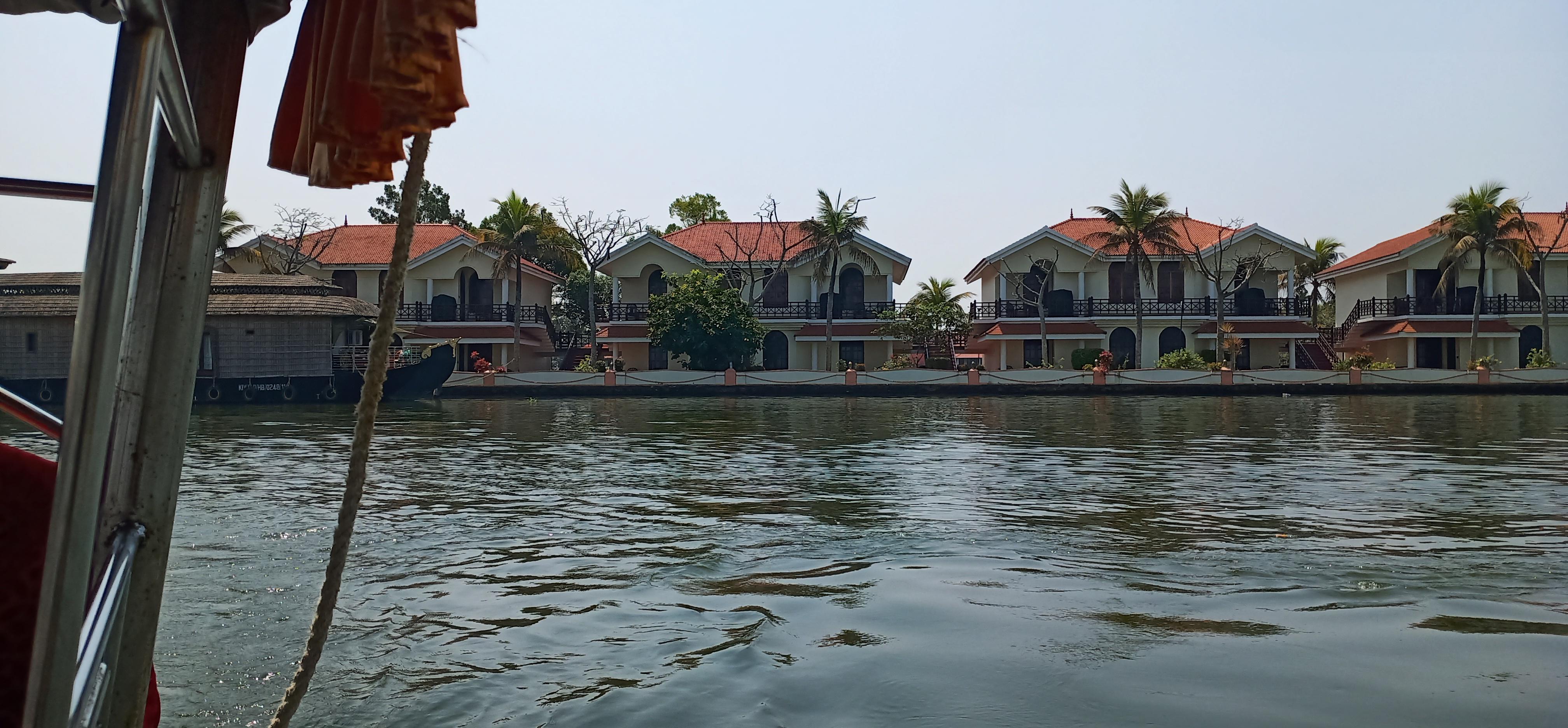 beautiful_house_on_allepppy_backwater_kerala